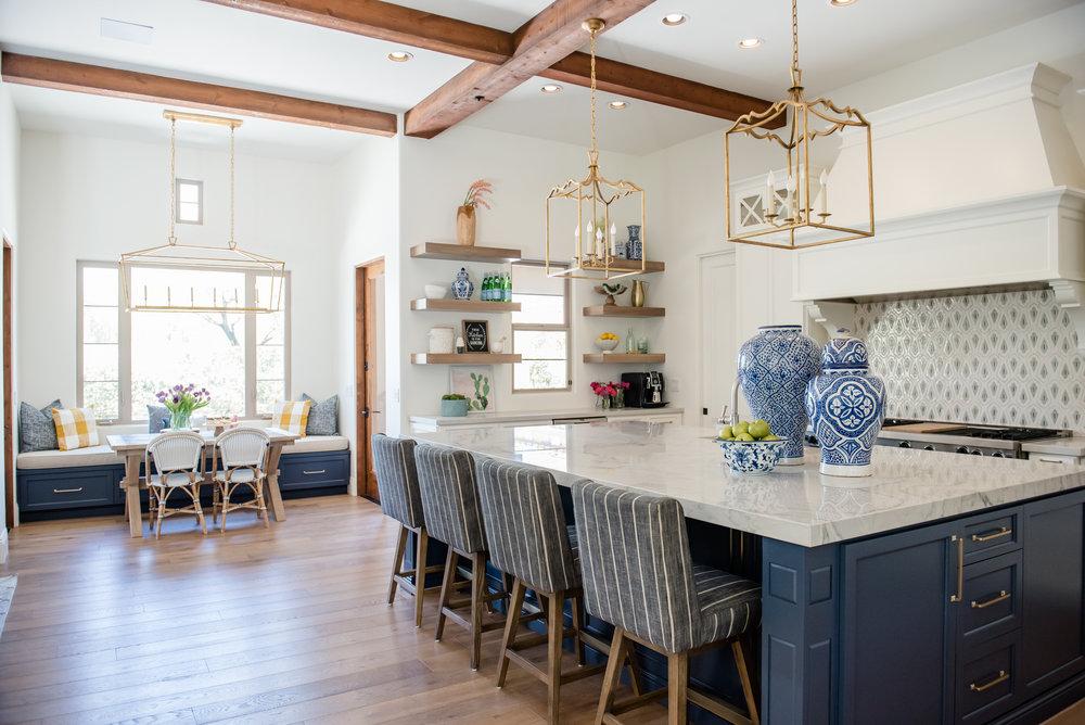 18+kitchen+hood+navyblueisland+backsplashtile+openshelves+pendants+brasslighting.jpg