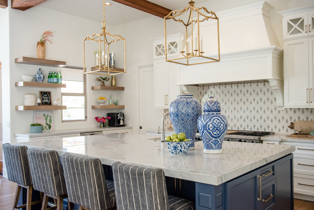19+kitchen+hood+pots+stripedstools+navyblueisland+backsplashtile+openshelves+pendants+brasslighting.jpg