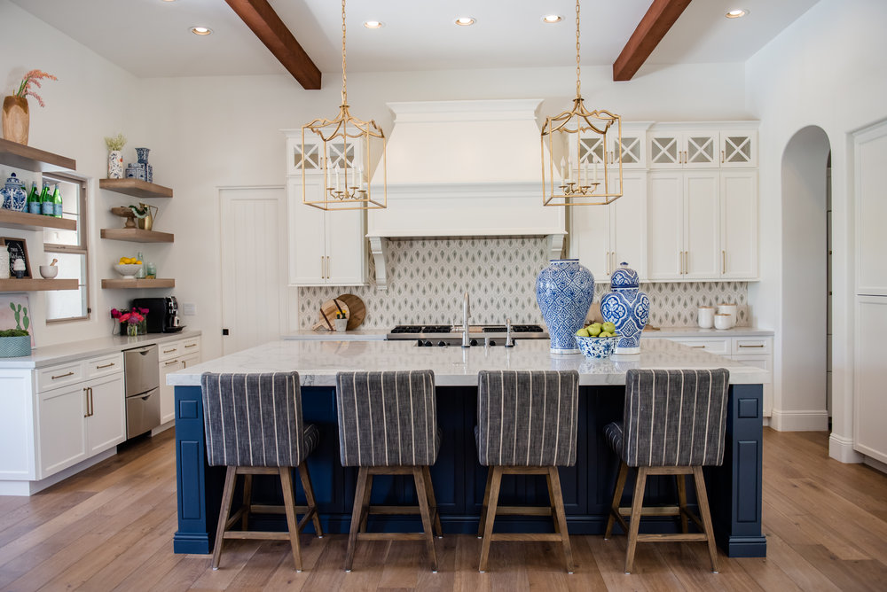 21+kitchen+hood+pots+stripedstools+navyblueisland+backsplashtile+openshelves+pendants+brasslighting.jpg