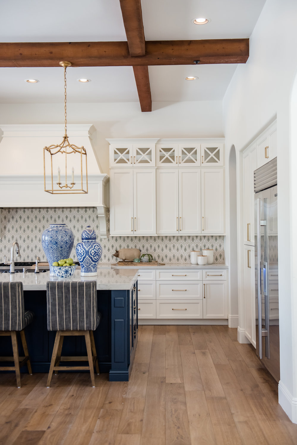 23a+kitchen+hood+pots+stripedstools+navyblueisland+backsplashtile+openshelves+pendants+brasslighting.jpg