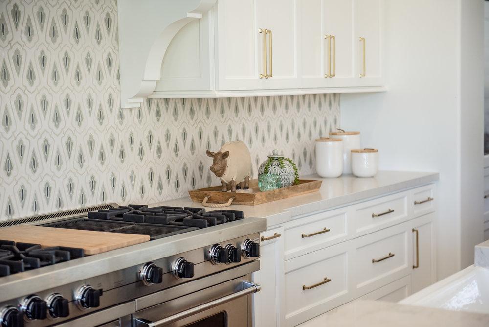 25+kitchen+hood+pots+stripedstools+navyblueisland+backsplashtile+openshelves+pendants+brasslighting.jpg
