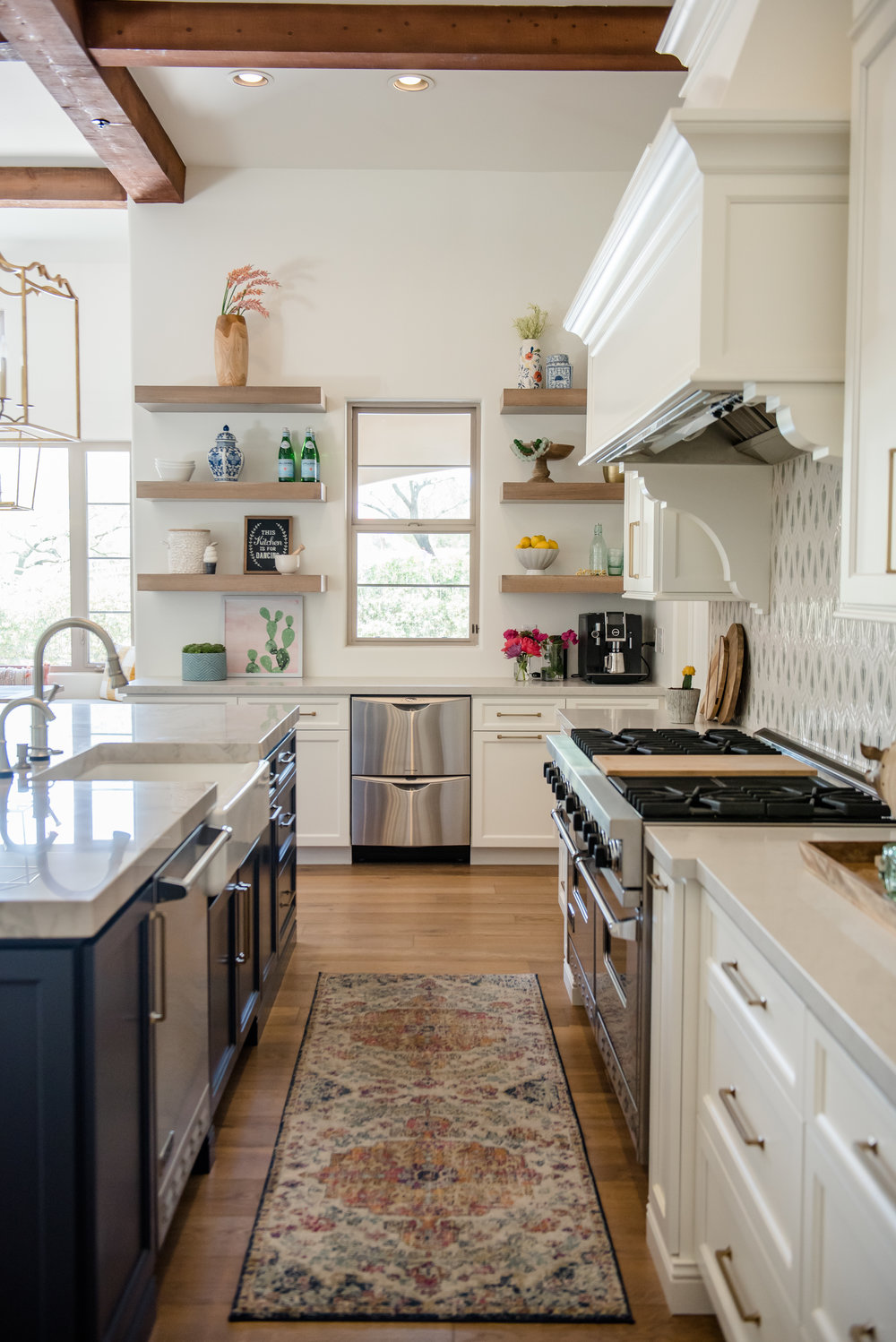24+kitchen+hood+pots+stripedstools+navyblueisland+backsplashtile+openshelves+pendants+brasslighting.jpg