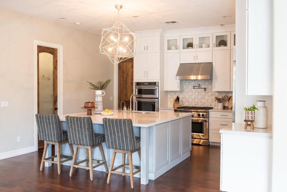 Kitchen+stripedstools+whitecabinets+chandelier.jpg