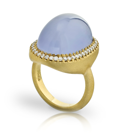 CABOCHON LAVENDER CHALCEDONY STAR RING WITH NEAR COLORLESS DIAMONDS CRAFTED IN 18K YELLOW GOLD WITH BRUSHED FINISH, 22.29 CTW