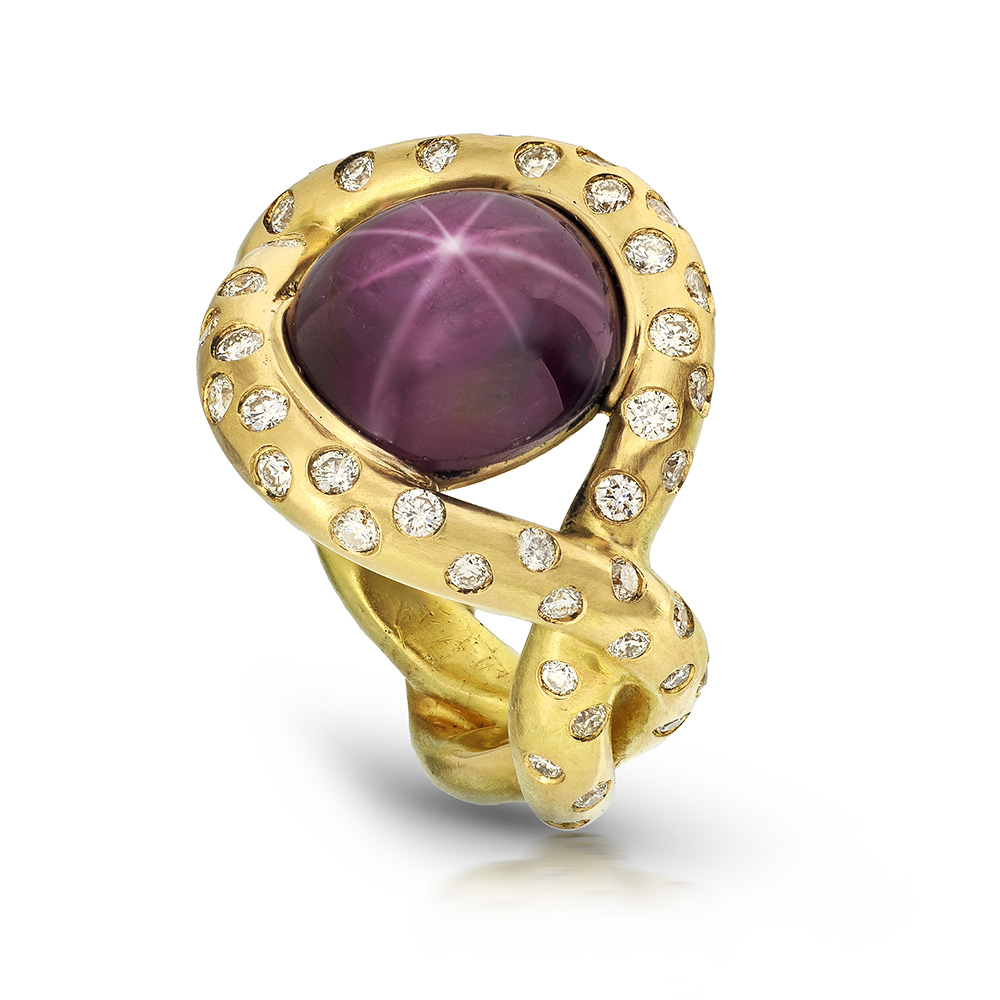 CABOCHON STAR RUBY INFINITY RING WITH NEAR COLORLESS DIAMONDS CRAFTED IN 18K YELLOW GOLD, 8.19 CTW