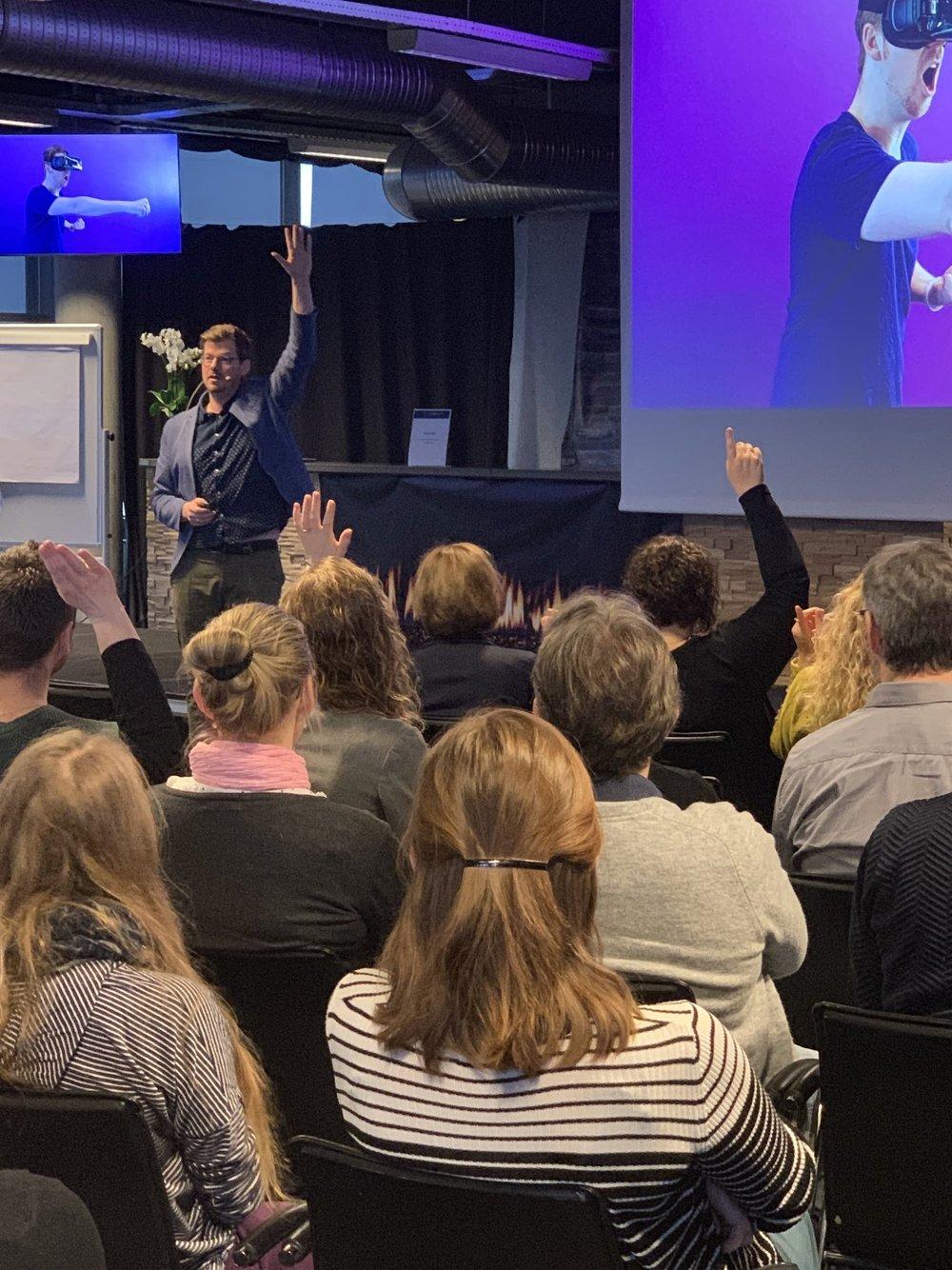 Harald Tokerød indrømmer, at han synes det er lidt grænseoverskridende at have virtual reality-brillerne på