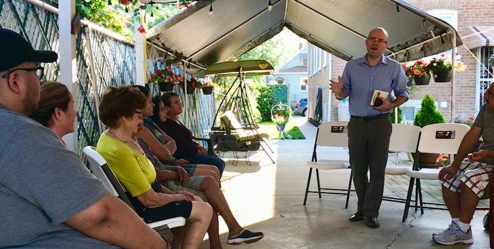 Mike hablando con residentes de los temas mas importantes en el distrito 22.