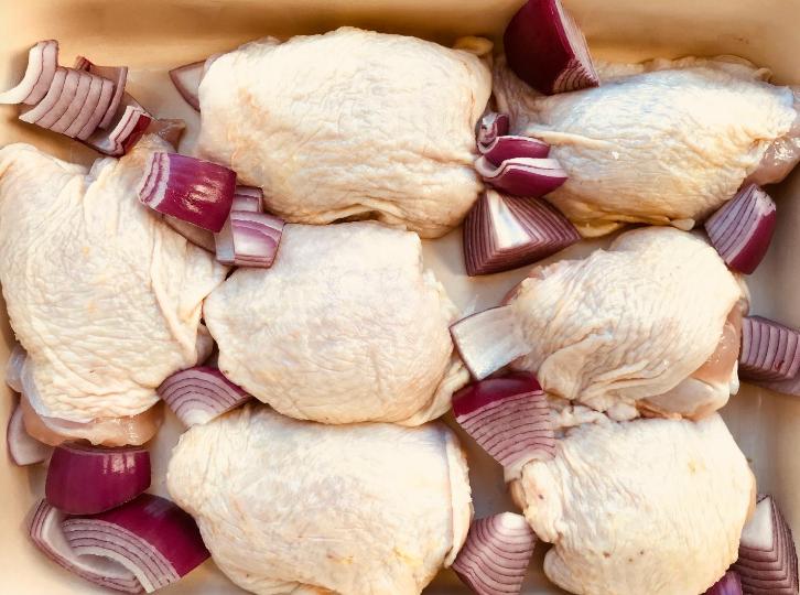 Add the ingredients around each piece of chicken