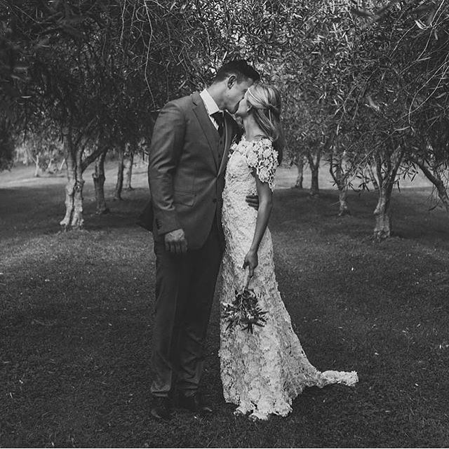 A stolen kiss 💋 captured beautifully by @libbyrobinsonphoto