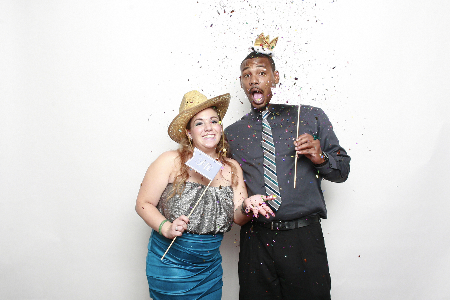 Couple in new york photo booth using confetti