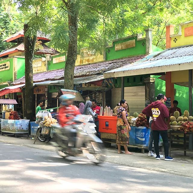 #Snaplens telephoto at the markets in Indonesia. #snaplenspro #markets #scooter #motion #fruit #indonesia #wanderlust #travel #phonelens #phonetech
