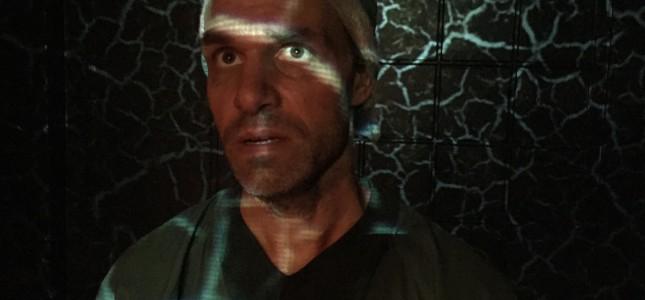 Skådespelaren Josef Säterhagen briljerar med sin energi och en kroppslighet och en stark röst som intar hela scenen.