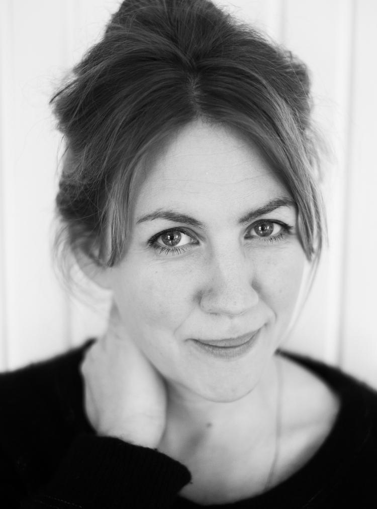 JULIA MARKO-NORD har studerat vid Skara Skolscen och Teaterhögskolan i Malmö2002–2006. Julia har arbetat som skådespelare bl a på Uppsala stadsteater i bl a  I bsens  Ett dockhem (2007)Kulturhuset Stadsteatern,Backa Teater/Angeredsteatern i  The Mental States of Gothenburg (2006) och Folkteatern i Göteborg Lars Noréns  Skalv – Terminal 11 (2010). På Teater Giljotin medverkade hon senast i  Lodjurets timma (2014). Julia debuterade som barn i  Guds djärvaste ängel (1990) påSveriges Television. På TV och film har hon bl a medverkat i SVT:s  Livet i Fagervik (2009) och  Fröken Frimans krig  (2017), i filmen  Borg/McEnroe (2017) spelade hon Björn Borgs mor Margareta Borg. I våras satte Julia upp den egenproducerade föreställningen  Mor/Dotter  på Kulturhuset Stadsteatern.  Mor/Dotter  byggde på djupintervjuer med mödrar och döttrar och blev en kritiker- och publikframgång.