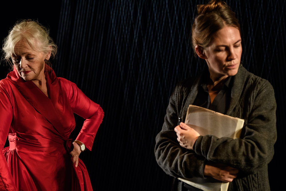 Chatarina Larsson som Charlotte Andergast och Julia Marko-Nord som dottern Eva. Foto: Martin Hellström.