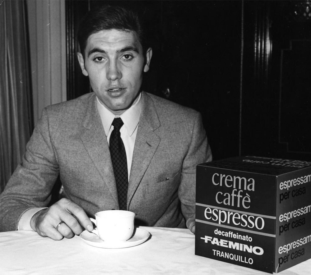 Eddy Merckx tomándose un cafe.