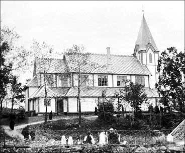 Trekyrkja frå 1873 fekk eit kort liv. Vesle julaftan 1951 brann ho ned til grunnen