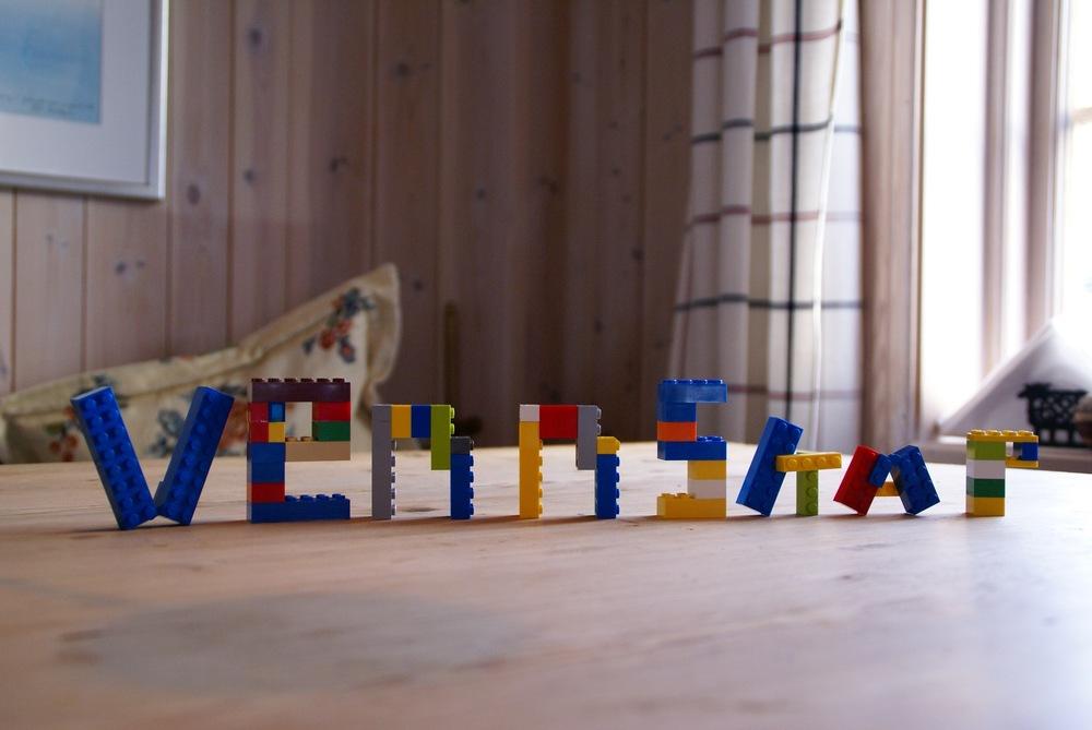 Ask bygger legobokstaver.