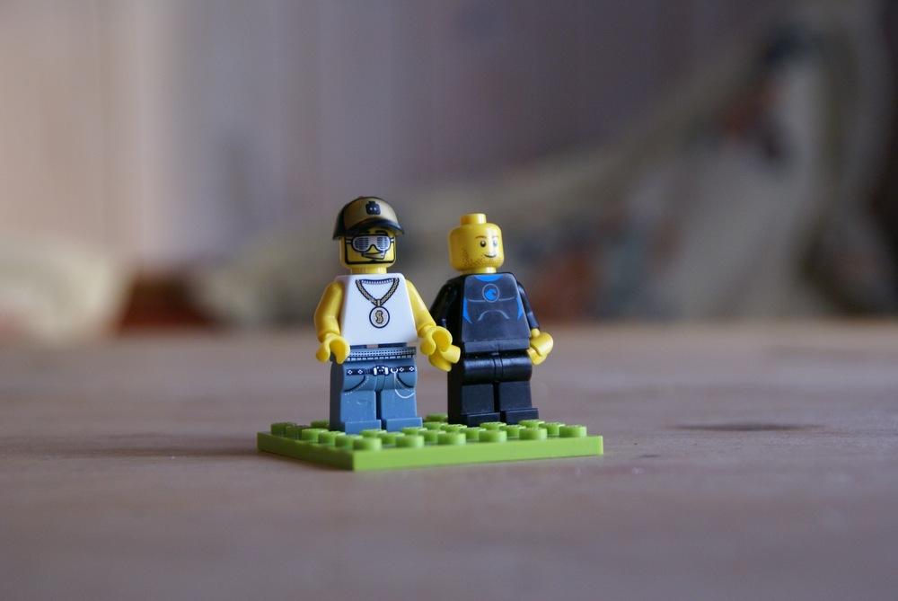 Frøy bygger to venner.