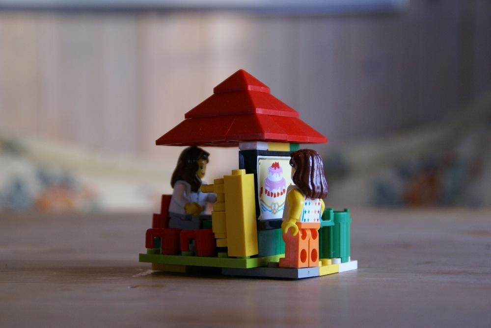 Liv bygger nyoppfinnelsen vennskaps-kiosk.