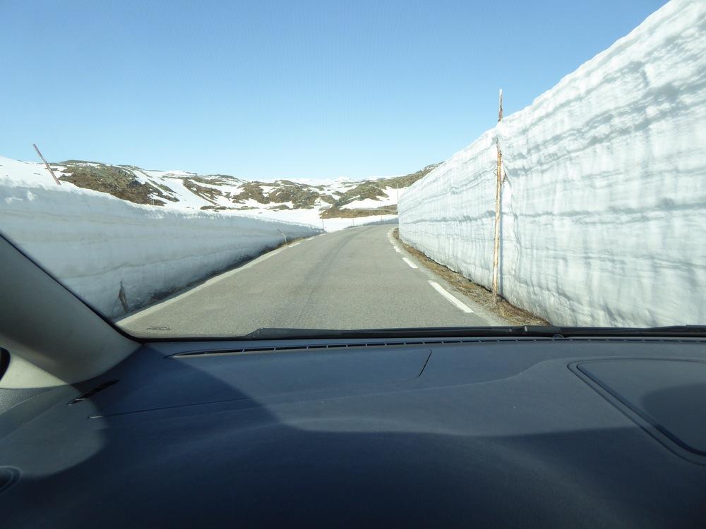På vei tilbake fra Turtagrø. Snøen i byen er borte, men her er det fortsatt to meter høye brøytekanter