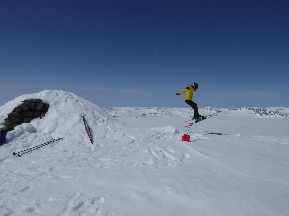 Venting på toppen for bedre føre før vi kjører ned, en varde med snø, spade og ski = hopp