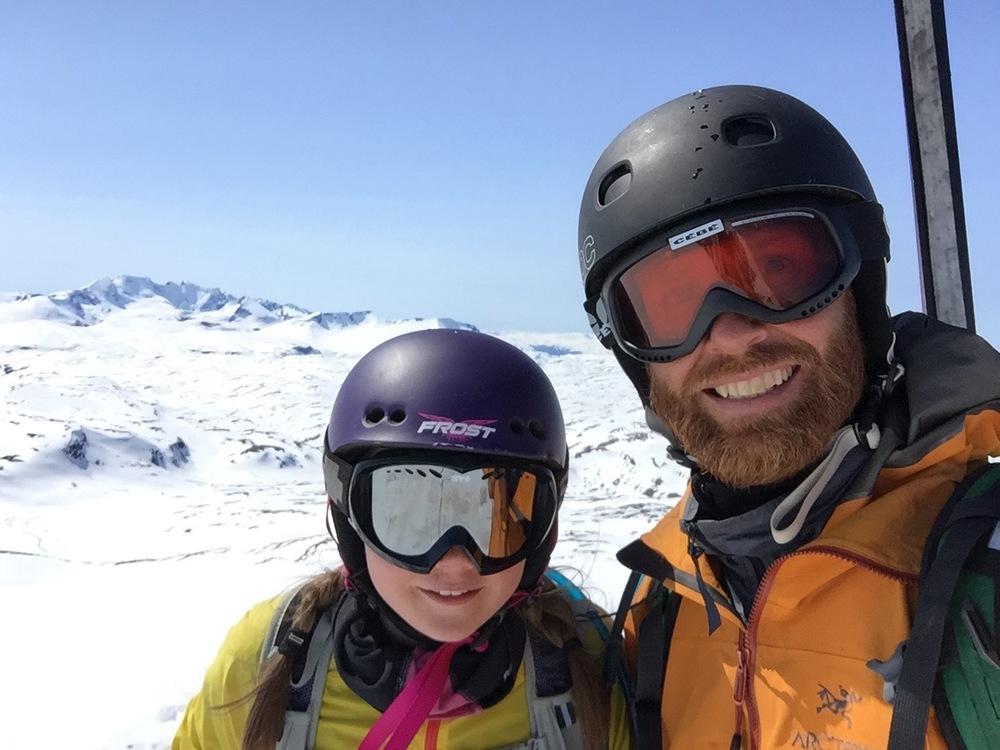 Pappa og Frøy på alenetur på Veslbreatinden i mai
