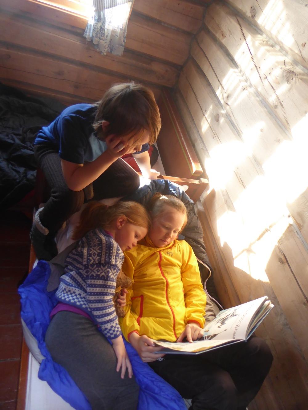 Frøy leser høyt for de små på Gamle Gjetarbu