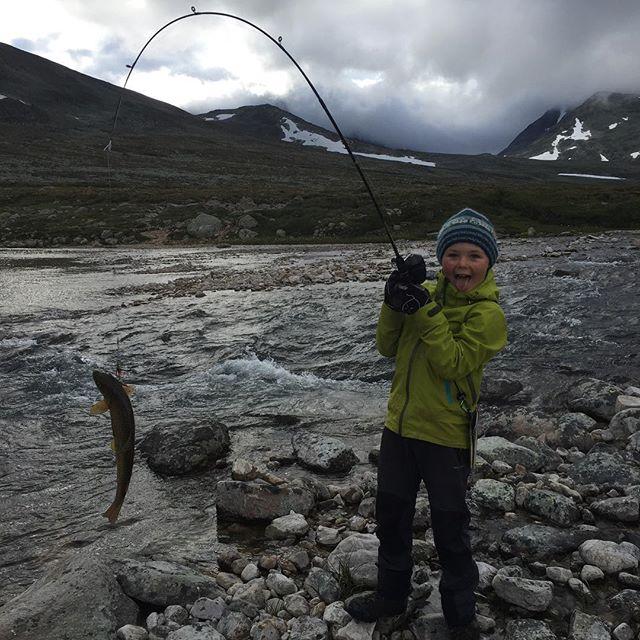 Så glad blir man for første selvfiskede ørret! #ekspedisjon_utetid #guttetur #liveterbestute