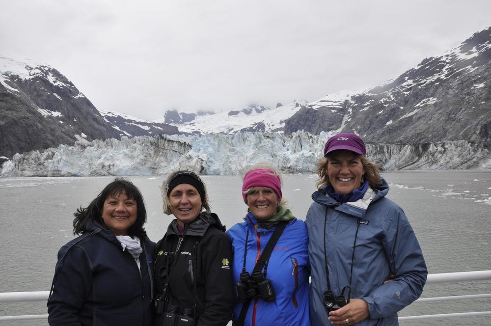 Damene på turen samla framfor John Hopkinsen breen: F.v. Sandra, Anbjørg, Merete og reiseleiar Jan.
