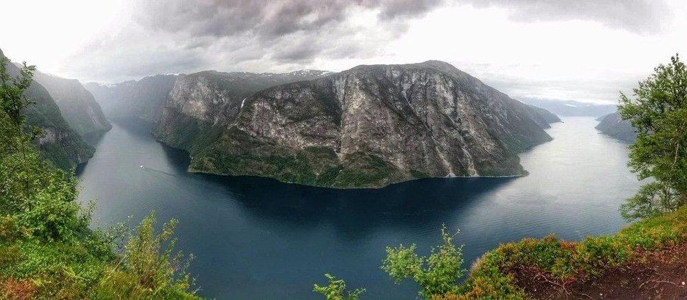 Panoramautsikt frå Beitelen. Nærøyfjorden t.v, og ytre Aurlandsfjorden t.h.