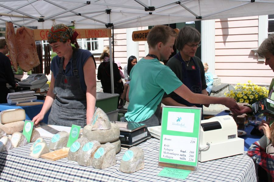 Geitostselgjarane frå Underdal er mellom dei mange som har travle dagar og god omsetnad under den tradisjonsrike marknaden på Lærdalsøyri