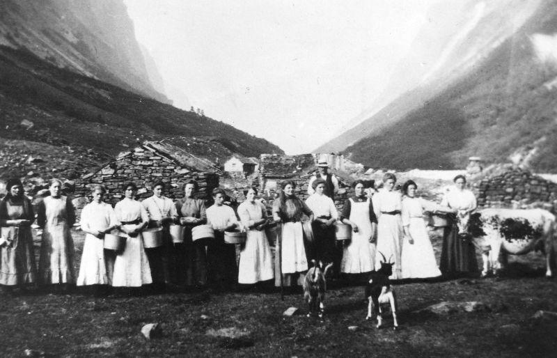 Budeier på Langhuso kring 1918 (fylkesarkivet)