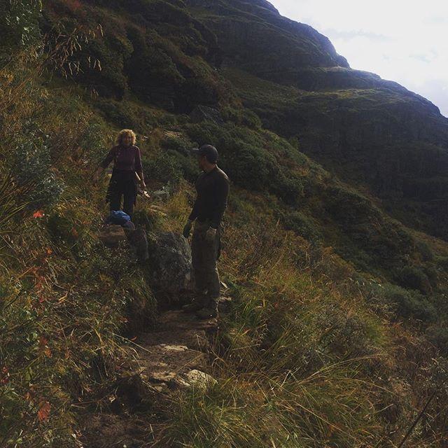 Nu har ein flott gjeng frå @venneravaurlandsdalen , @dntoslo og oss fiksa på stien i mellom @steinbergdalshytta og #østerbø - vi foreslår hausttur i #aurlandsdalen!  #østerbøfjellstove #aurlandsdalenturisthytte #vandringogverdiskaping #steinsetting