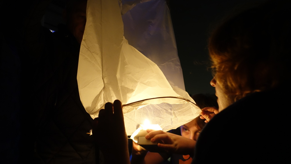 Marloes houdt de wensballon stevig vast
