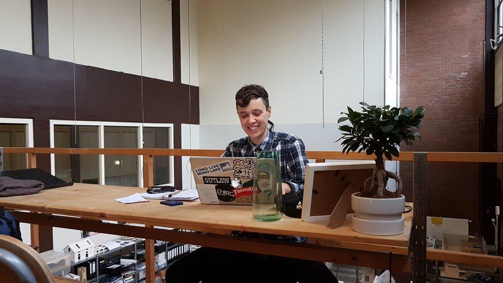 Jo en zijn bureau.