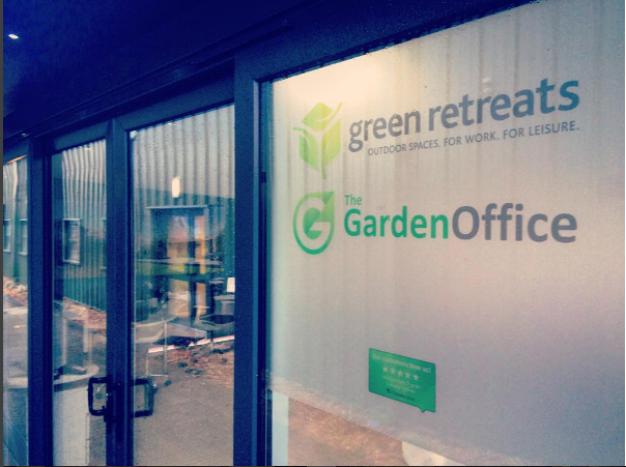 Trustpilot + Green Retreats - Eyecatcher am Eingang