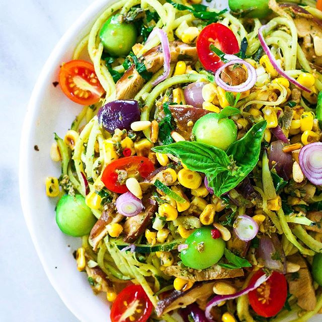 With this meal, only a close-up will do. Pesto, zucchini noodles, avocado pearls, sautéed shiitake mushrooms, toasted pine nuts, olives, cherry tomatoes, fresh basil, caramelized red onion... Need I go on, or can I finally start eating now? 😋 Happy Saturday everyone! . . . . #pasta #foodporn #zucchini #vegan #corn #avocado #salad #foodgasm #avocadoaddict #veganbowl #fresh #healthyfood #feedfeed #vegan #thrivemags #whatveganseat #yum #vegansofig #bestofvegan #protein #avodaily #avolovers #foodie #pesto #ahealthynut #inspiralized