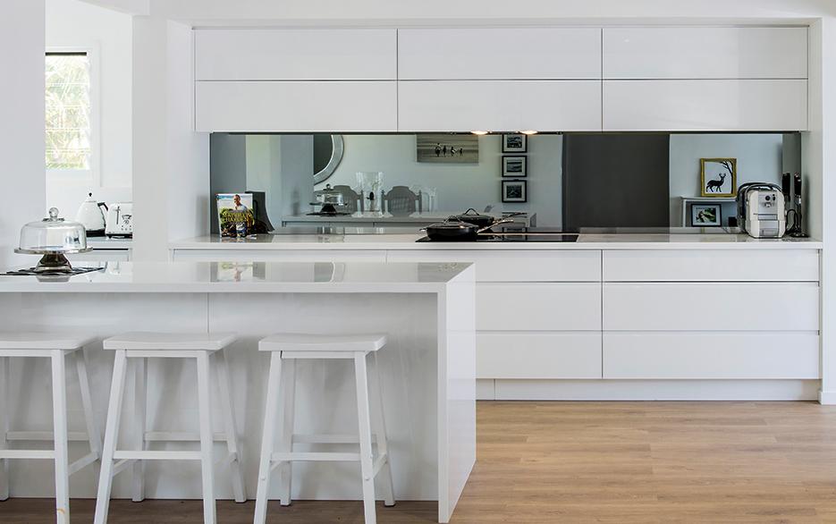 White Kitchen With Mirror Splashback. Ab2d594dd8735af9a0aef2fbdbbe4d04 Jpg
