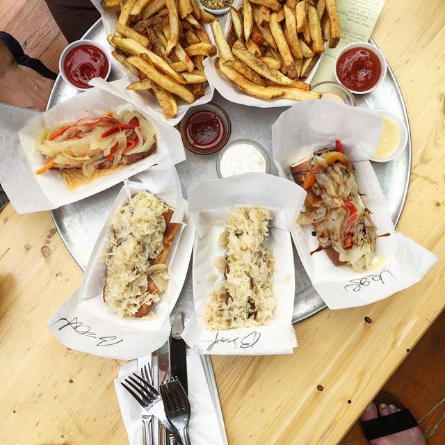 There's nothing better than good company, vegan sausage and french fries 🍟🌭 This is my fav place to bring guests on a lazy Saturday for good eats, fun conversation and jenga 🙌🏻 #vegan #glutenfree #veganfit #travel #vegansofig #salad #whatveganseat