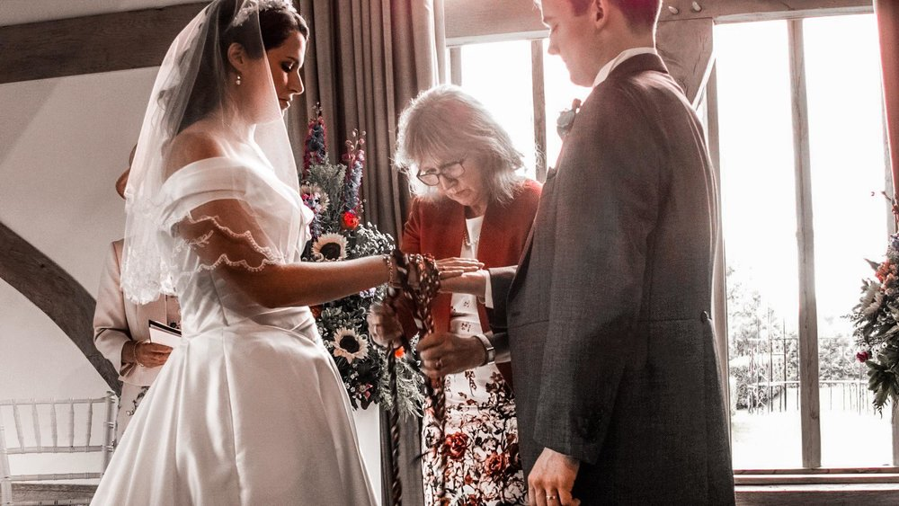 celebrant-conducting-hand-fasting-ceremony