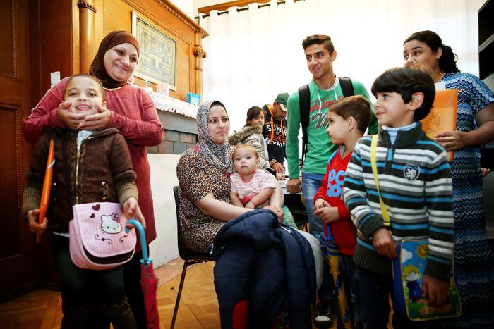 Les familles réunies dans le salon avant le grand départ pour l'école.