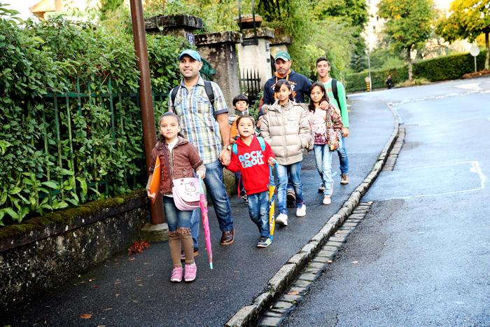 Le matin, se sont les pères qui emmènent les enfants à l'école pour ensuite partir à leur cours de français.