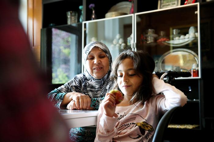 Wajiha, 67 ans, regarde sa petite fille avec tendresse. Trois de ses douze enfants et treize de ses petits-enfants sont arrivés avec elle à Genève à la mi- janvier, un fils, une fille et leurs cinq enfants quittent la Syrie demain pour les rejoindre. Cette dernière nouvelle illumine son visage fatigué.
