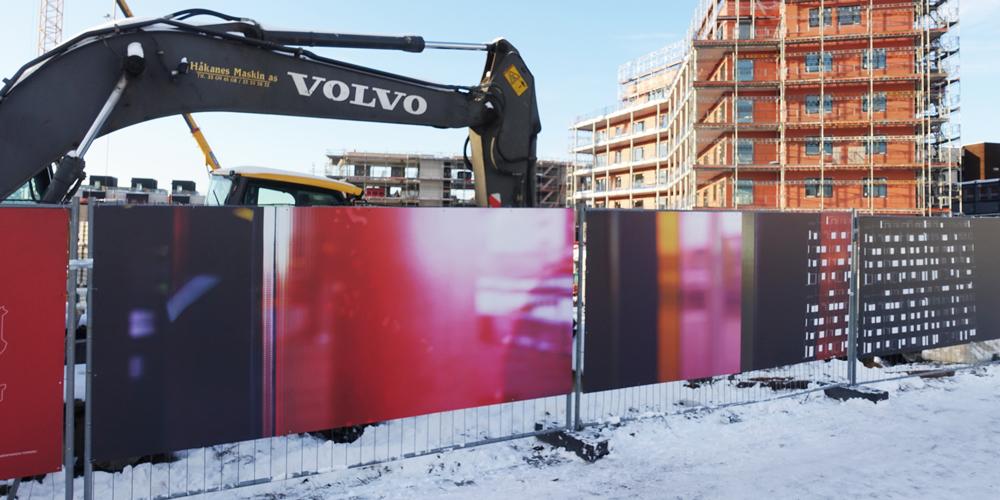 Avtrykk av tid -et 100 meter langt fotografisk verk på byggegjerdene langs Snarøyveien.Det er OBOS Fornebulandet som står bak prosjektet, og Kulturbyrået Mesén er kurator og kunstprodusent. Les mer.