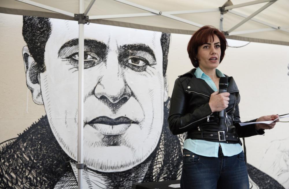 Jila Hassanpour foran portrettet av Adnan Hassanpour  © Photographer Trond Isaksen / Statsbygg