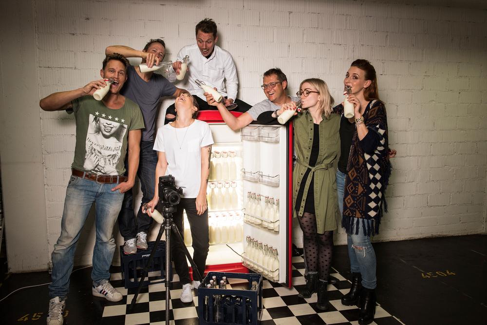 ...nach getaner Arbeit wird der Durst gelöscht ;-). Shooting Team Thilo Larsson (Assistent), Remo Neuhaus (Fotograf), Verena Kosheen (Model), Enrico Bizzarro (Hair), Luc Pauchard (Olmo), Rahel Gonzales (Styling) und Belinda Lenart (Visa).