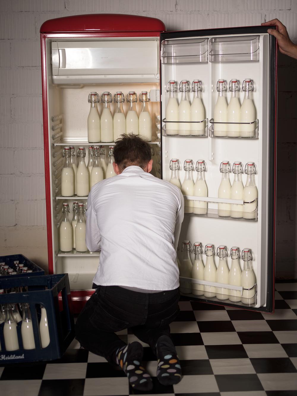 Enrico Bizzarro (unser Hairstylist) beim Auffüllen des Kühlschranks (...man beachte die schönen Socken ;-)).