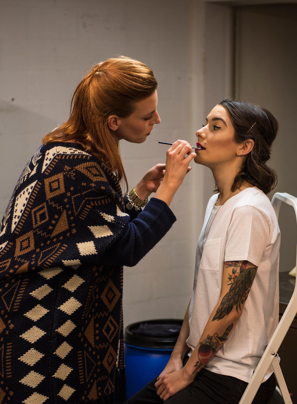 Belinda konzentriert an der Arbeit mit unserem Model Verena Kosheen.