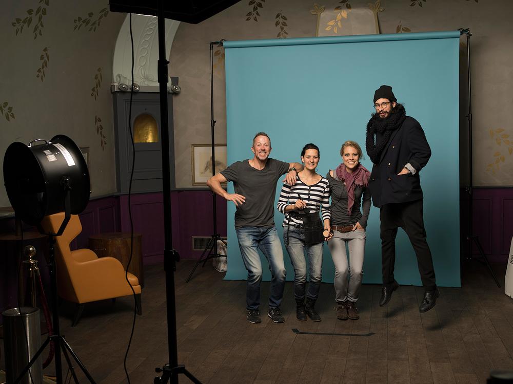 Remo Neuhaus (Fotograf), Arta Sahiti (Make up), Jaël (Musikerin) und Pablo Kümin (Hairstylist) - koordiniertes Springen ist nicht allzu einfach ;-)....