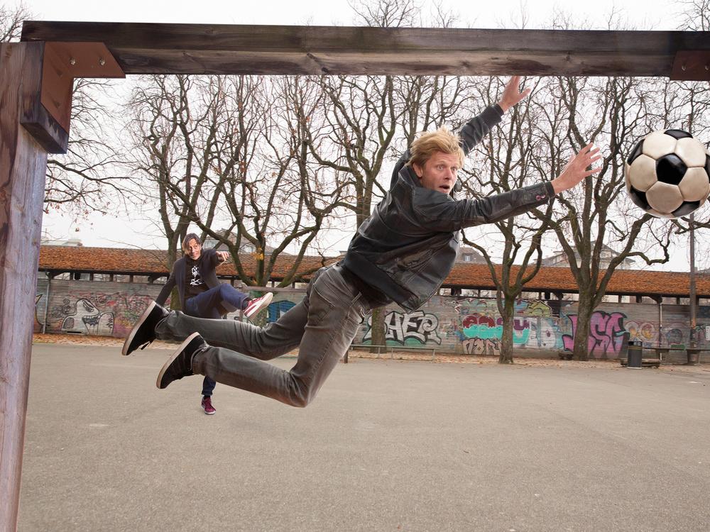 """Pedro Lenz lanciert stilsicher Marcus Signer im """"Der Goali bin ig""""."""